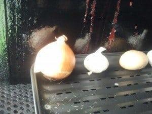 Knoflook, ui en aardappel in de rookoven